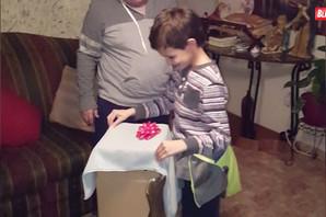 Otpakovao je poklon a onda je BRIZNUO u PLAČ: Prvi susret MALIŠANA sa svoji novim DRUGAROM!