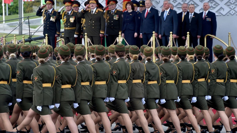 epa08411491 Belarus' President Alexander Lukashenko (3-L) salutes as he watches a military parade to mark the 75th anniversary of the Soviet Union's victory over Nazi Germany in the World War Two, in Minsk, Belarus, 09 May 2020. EPA/SERGEI GAPON/ POOL Dostawca: PAP/EPA.