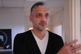 POLJUBAC ISPRED CRKVE Pogledajte kako je Čeda Jovanović čestitao slavu