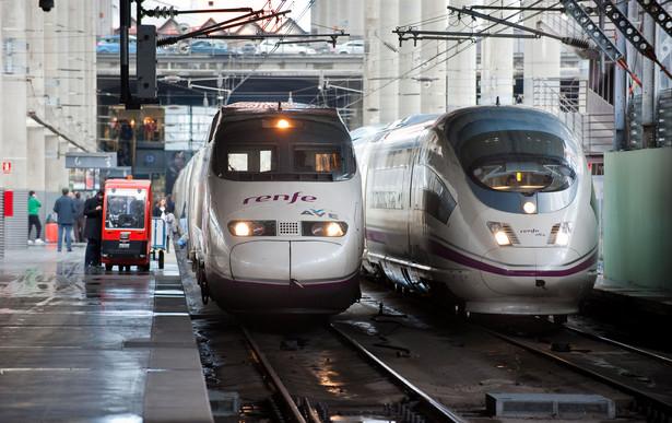 Po lewej lokomotywa szybkich kolei AVE marki Alstom, po prawej marki Siemens, hiszpańskiej sieci kolejowej RENFE na stacji Madryt-Atocha. Fot. Bloomberg.