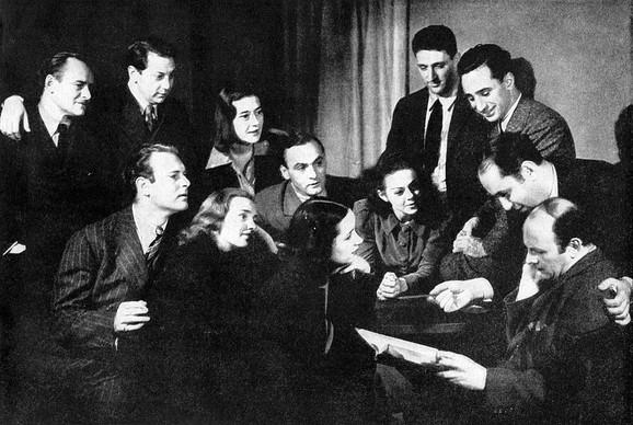 Sanford Majsner (zadnji red, četvrti sleva) sa članovima Grupnog teatra 1938.