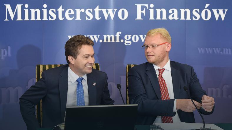 Podsekretarz stanu w Ministerstwie Skarbu Państwa Paweł Gruza (P) oraz dyrektor Departamentu Poboru Podatków w MF Tomasz Strąk