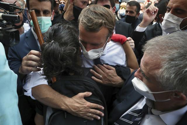 Makron u zagrljaju sa narodom Libana