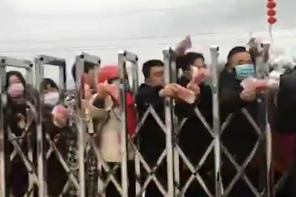 Koliko je velika panika u Kini pokazuje OVAJ SNIMAK: Ljudi se guraju ispred fabrike i OČAJNIČKI TRAŽE zaštitne maske (VIDEO)