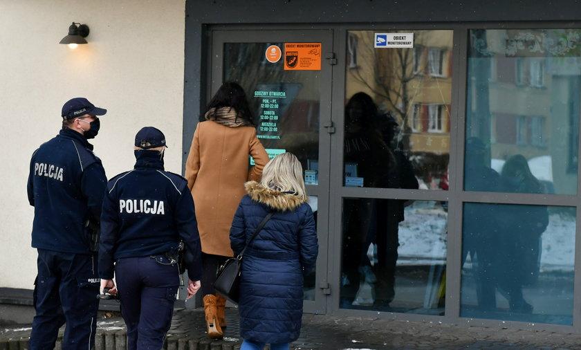 Na zdjęciu: sanepid w asyśćie policji wizytuje restaurację w krakowskiej Nowej Hucie, styczeń 2021.