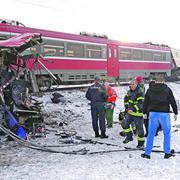 Telo nastradalog putnika pored olipine autobusa nakon sto je na njega naleteo voz u sleu Donje Medjurovo