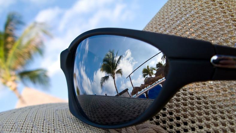 Zdrowsze dla oczu są szkła w mniej intensywnych barwach, czyli np. brązowe czy szare