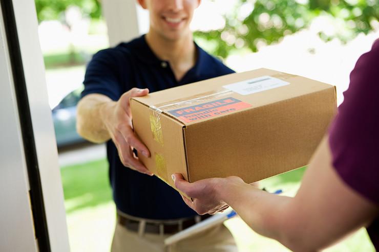 dostava paket shutterstock 171790418