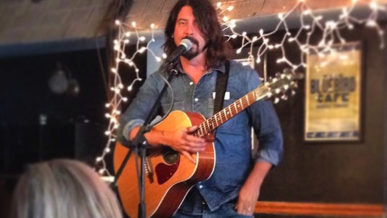 """–Nazywam się Dave Grohl, jestem perkusistą, mój występ może być do bani – mówi na powitanie ubrany w jeansowe spodnie i koszulę Grohl z przewieszoną przez ramię gitarą akustyczną. Stoi na małej scenie przed kilkudziesięcioma bywalcami w kawiarni Bluebird, słynnym miejscu spotkań muzyków w Nashville. Taką scenę można znaleźć w trzecim odcinku serialu """"Sonic Highways"""" pokazywanym w Stanach na kanale HBO. To zapis wyprawy zespołu Grohla Foo Fighters do ośmiu amerykańskich miast, by w każdym z nich nagrać jedną z piosenek na ich najnowszą płytę. W tych miastach spotykają się z miejscowymi muzykami i producentami, by opowiedzieli o jego muzycznej historii. Dave jest tutaj przewodnikiem, głównym prowadzącym, który przepytuje bohaterów, przy okazji opowiadając o sobie. Odwiedza też kultowe miejsca, jak właśnie wspomniane Bluebird Cafe i stara się zaprzyjaźnić z ich bywalcami, przy okazji udowadniając, że nie brakuje mu poczucia humoru i dystansu do siebie. Do tej pory premierę miały cztery odcinki, dzisiaj (14.11) pokazany zostanie piąty"""