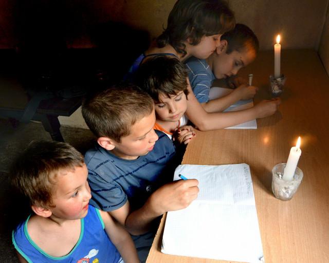 Odlični đaci iako uče uz sveću