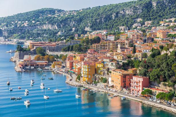 Nicea Turystyczne serce Lazurowego Wybrzeża u podnóża Alp. Tętniący życiem kurort ma wszystko, czego potrzeba do udanego wypoczynku nad Morzem Śródziemnym. Główną arterią miasta jest Promenade des Anglais (Promenada Anglików) z początku XIX wieku z ogrodem Jardin Albert I. To serce Nicei, gdzie zlokalizowane jest mnóstwo kawiarni, klubów i sklepów. To jedno z najczęściej odwiedzanych miejsc przez turystów przybywających do miasta. W dzielnicy Cimiez znajdują się zachowane ruiny rzymskich term z III wieku, a także ruiny rzymskiego amfiteatru. Inne miejsca warte zobaczenia to: ruiny zamku i romańskiej katedry, pałac senacki (Palais du Sénat), pałac Lascaris oraz Plac Garibaldiego.