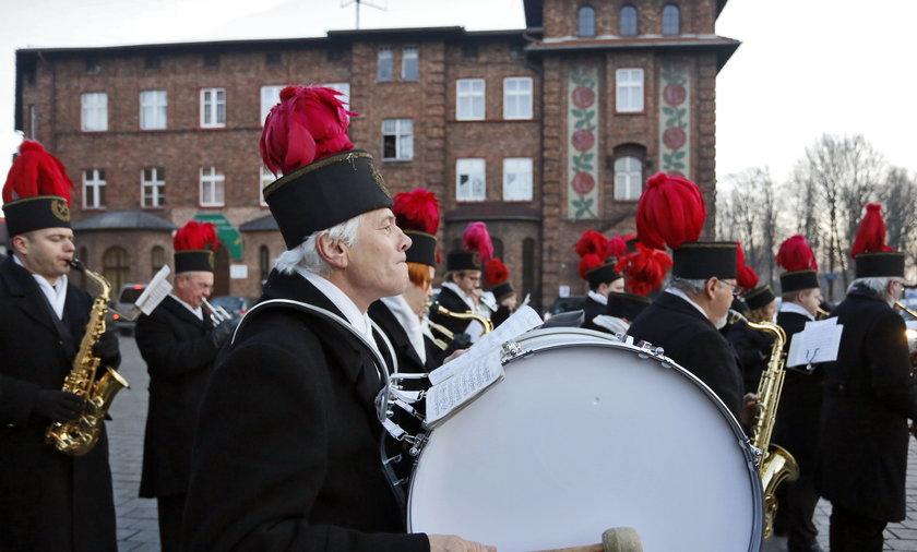 Katowice. Górnicza orkiestra KWK Wieczorek maszeruje przez Nikiszowiec