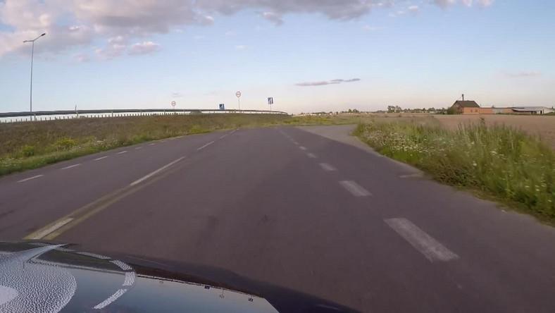 Droga-pułapka pod Krośniewicami. Prowadzi prosto do rowu