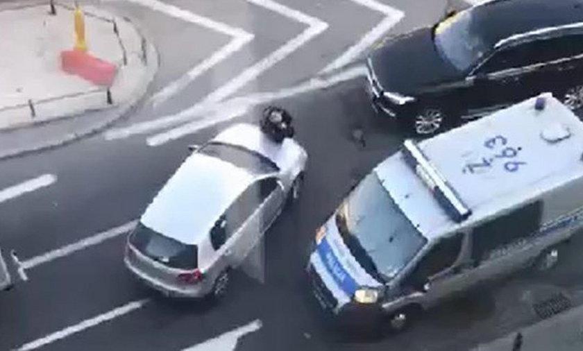 Szalony kierowca potrąciłpolicjanta!