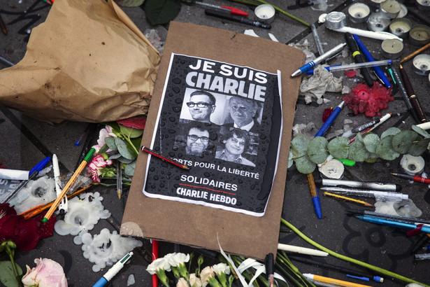 """Francja: Ludzie upamiętniają ofiary ataku na """"Charlie Hebdo"""""""