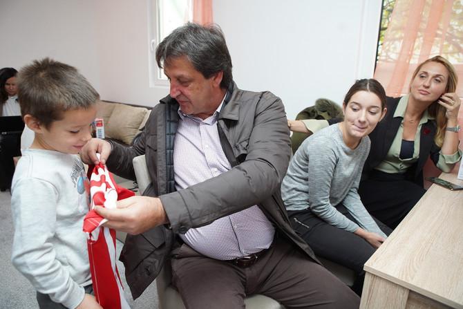 Deca presrećna u novom domu