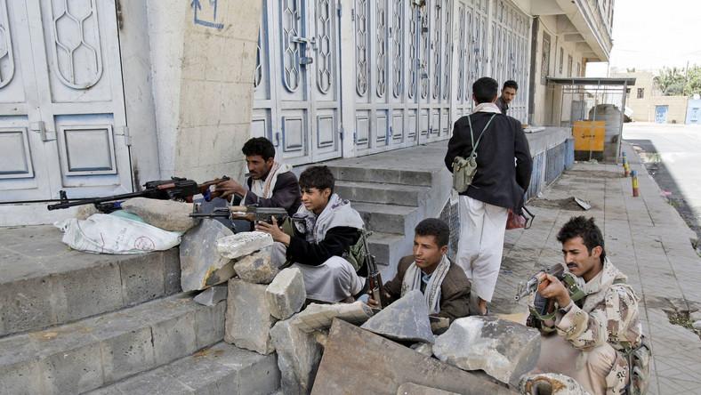 Antyrządowi plemienni wojownicy na pozycjach w centrum Sany
