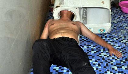 Wsadził głowę do pralki. Nie było mu do śmiechu