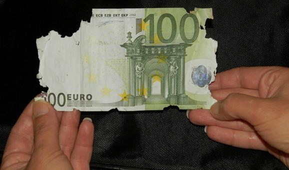Jedna od pet oštećenih novčanica od 100 evra