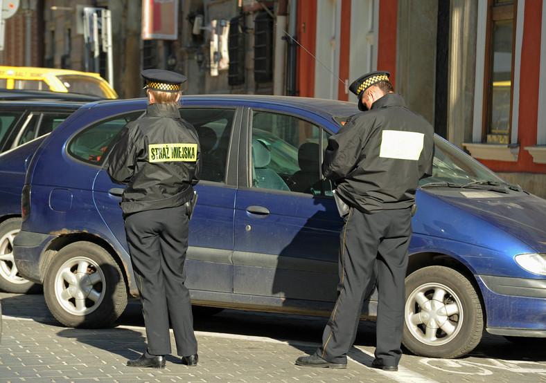 Czy straż miejska musi rozliczyć się z wystawionych mandatów
