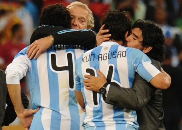 Maradona ljubi zeta an Svetskom fudbalskom prvenstvu u Nemačkoj