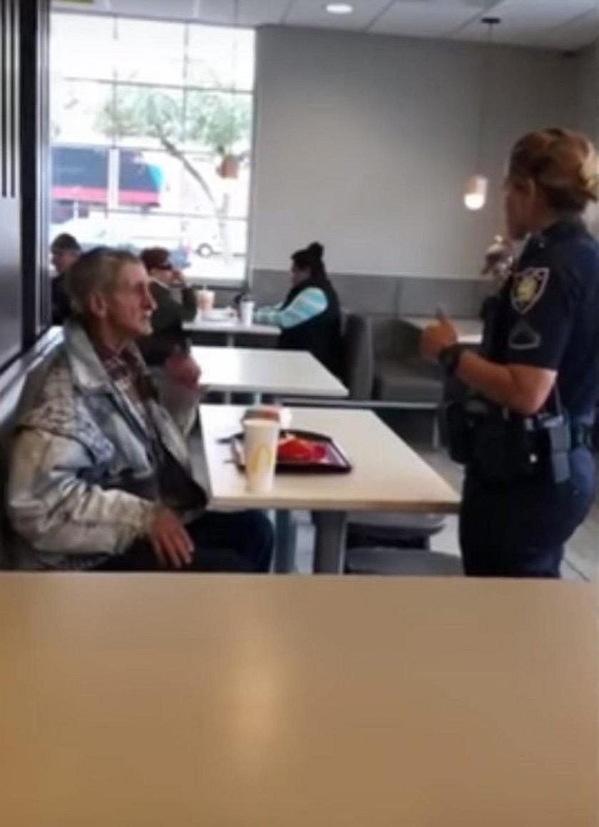 Zatroskany mężczyzna chciał kupić bezdomnemu obiad