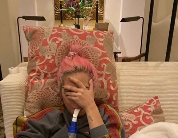 Lejdi Gaga na inhalatoru