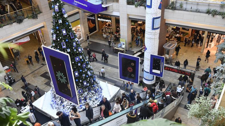 Minél közelebb a karácsony, annál nagyobb a nyüzsi a plázákban, csak úgy szórjuk a pénzt. /Fotó: MTI-Máthé Zoltán