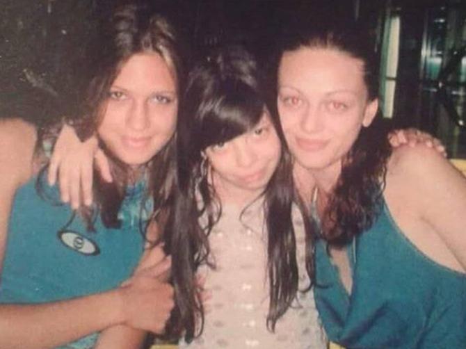 Od 13. godine živi sama u Beogradu, a danas je SAVRŠENO SEKSI plavuša uz čije pesme rado đuskamo! Prepoznajete li ovu klinku?