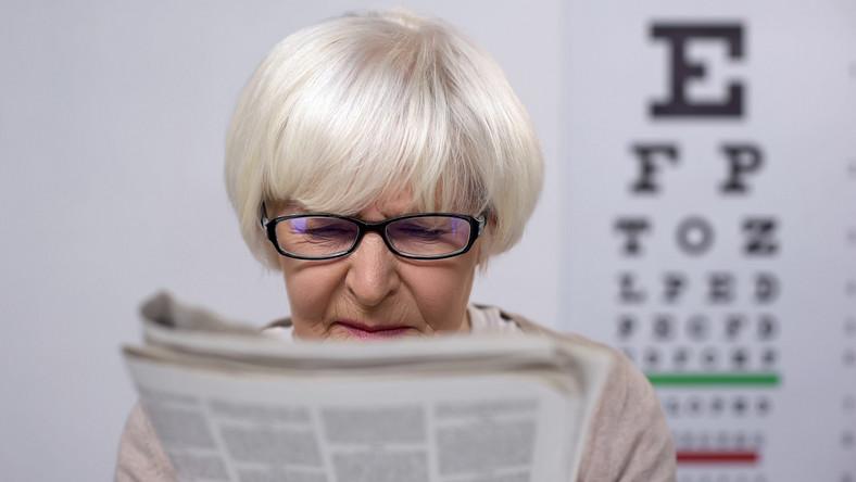 Starsza kobieta ma słaby wzrok