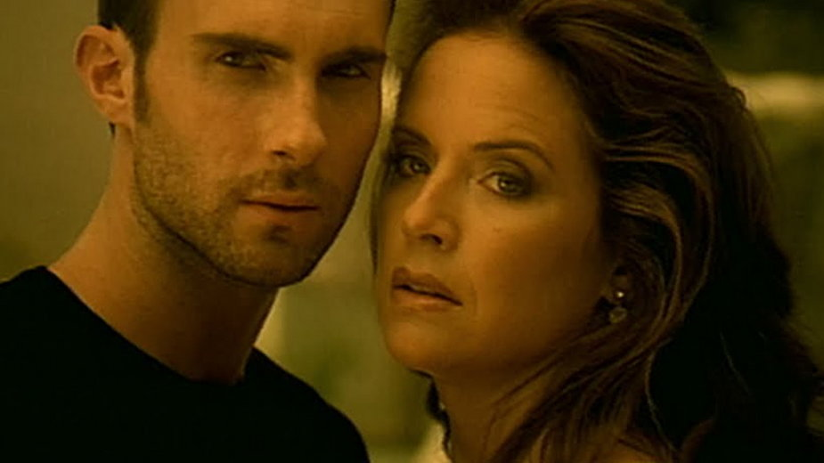 "Adam Levine i Kelly Preston w klipie ""She Will Be Loved"""