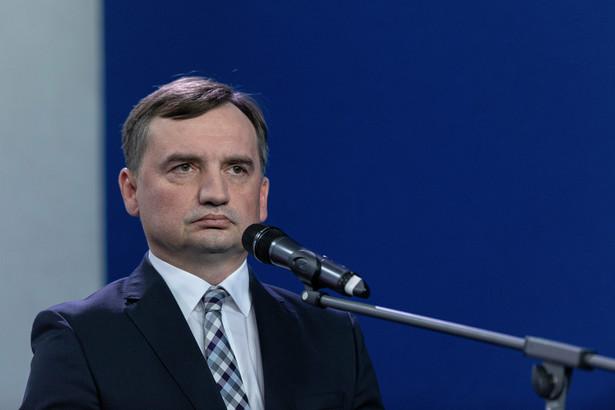 """Ministerstwo Sprawiedliwości jest zdania, że sugestie mediów o szczepieniu ministra Zbigniewa Ziobry w ramach pierwszej grupy to """" ewidentna manipulacja""""."""