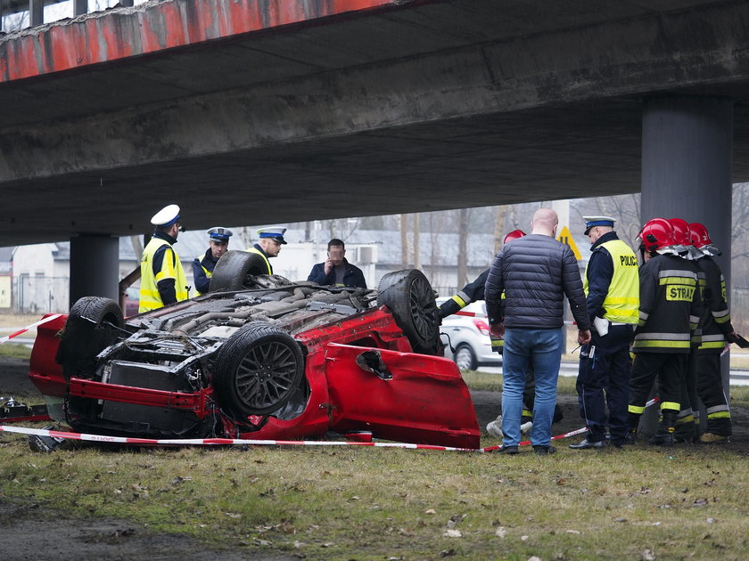 Wypadek w Łodzi. Mustang spadł z wiaduktu. W środku ojciec z dzieckiem