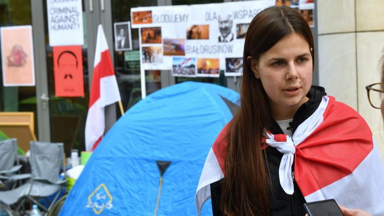 Białoruska aktywistka Stanislawa Glinnik podczas protestu głodowego przed siedzibą przedstawicielstwa Komisji Europejskiej w Warszawie