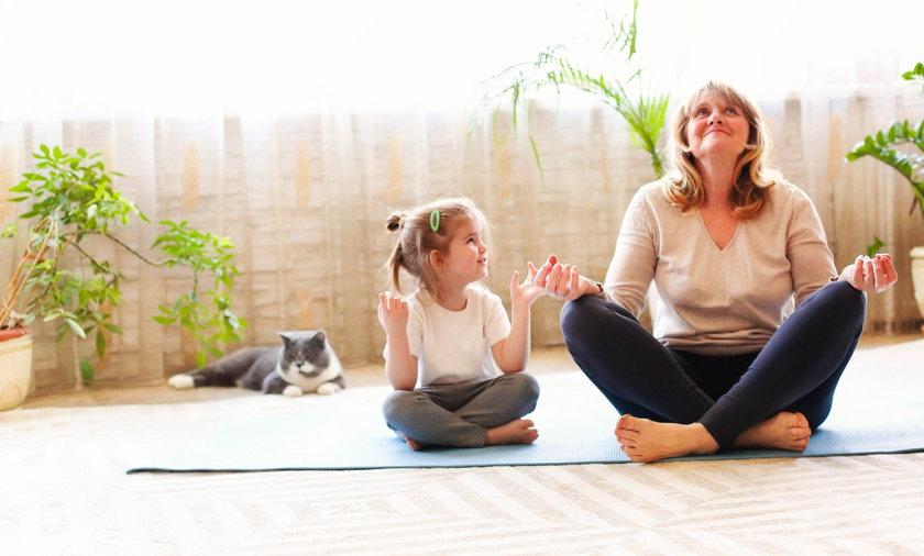 Nawet najprostsze ćwiczenia wspierają pracę umysłu, bo poprawiają krążenie, w tym także mózgowe.