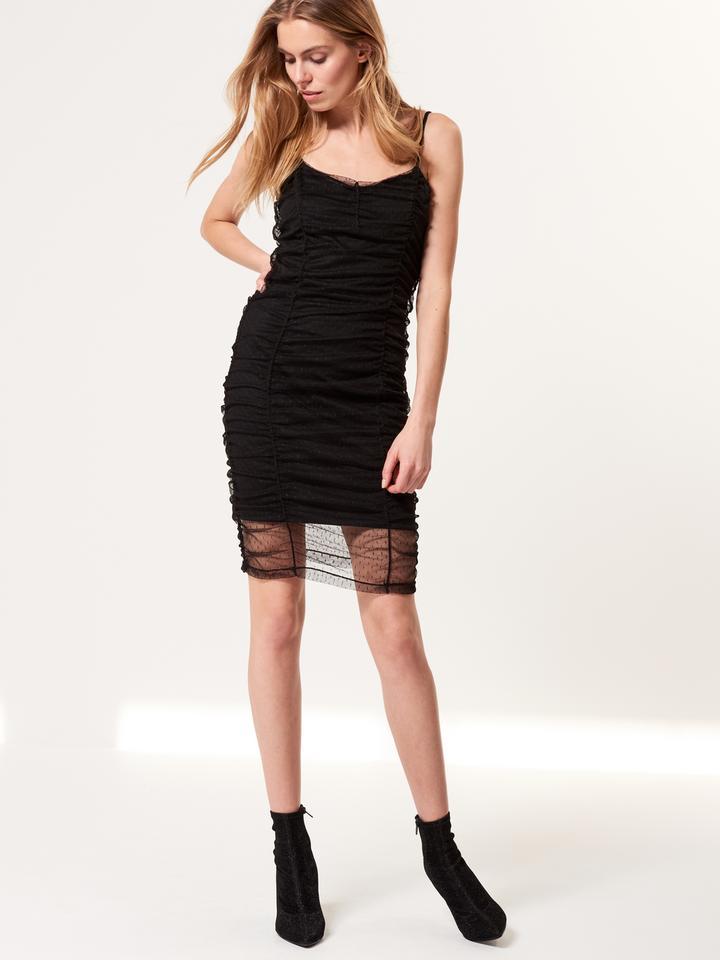 Czarna zmysłowa sukienka z marszczeniem