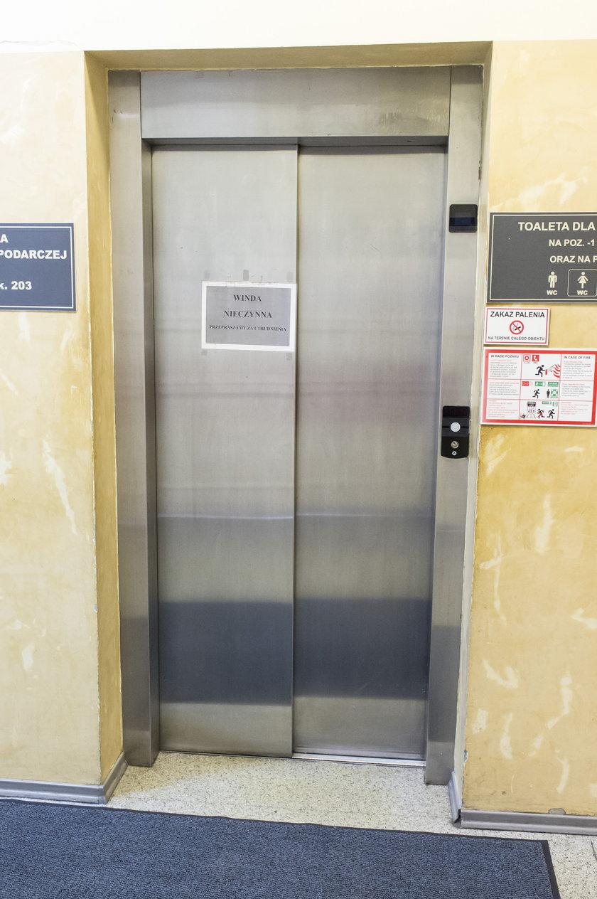 Awaria windy w urzędzie miasta. Niepełnosprawni muszą prosić o pomoc