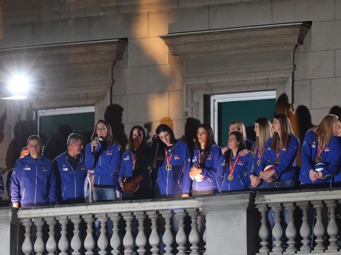 Slavili smo sa odbojkašicama, slavimo na istom mestu godinama: Ove scene sa balkona su nam duboko urezane u sećanje