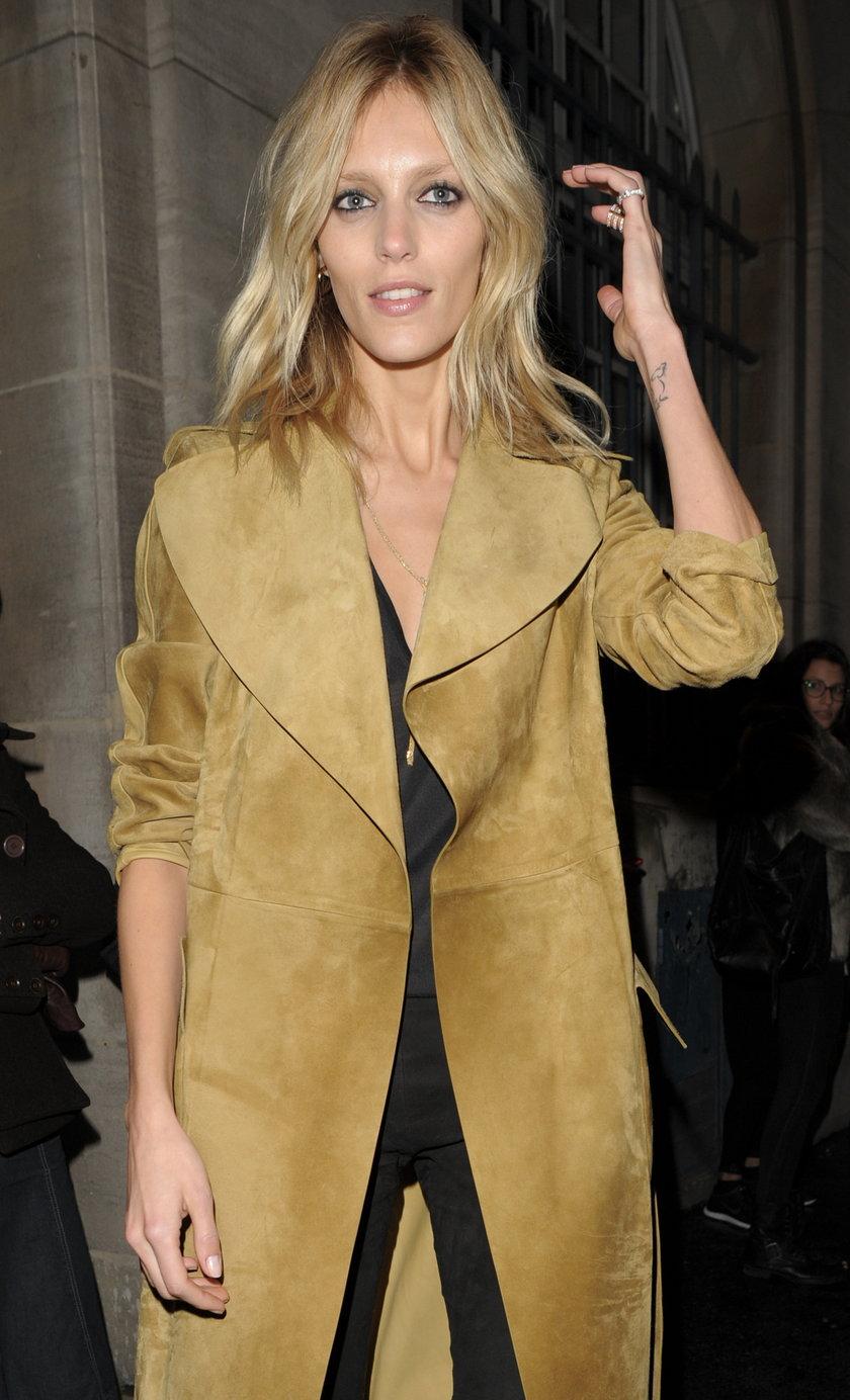 Anja Rubik w beżowym płaszczu