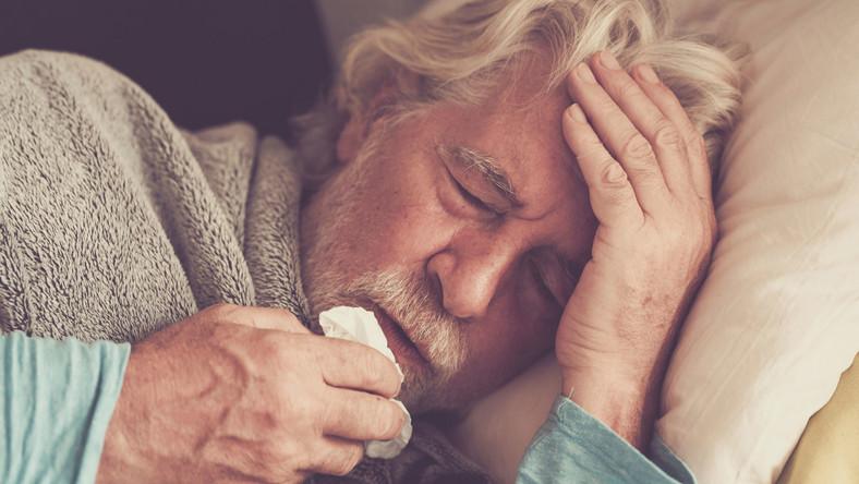 Chory starszy mężczyzna, senior z gorączką