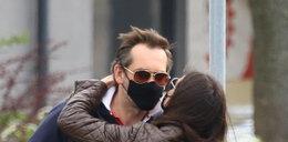 Marta Kaczyńska całuje się z mężem przez maseczkę