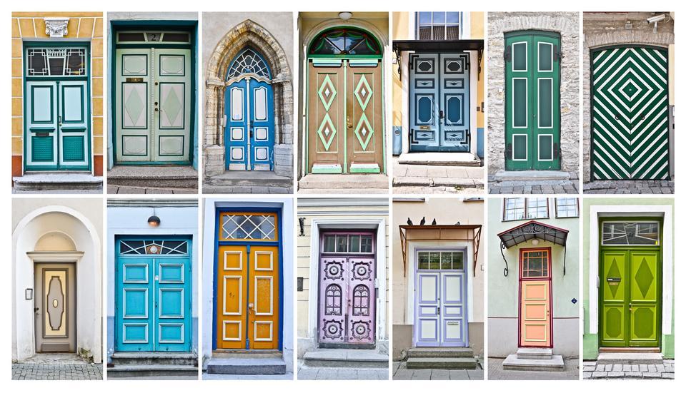 Uwagę przykuwają kolorowe i pięknie zdobione drzwi kamienic na starym mieście.
