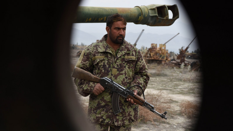 Wielkie złomowisko sprzętu wojskowego położone jest na przedmieściach Kabulu. Tony sprzętu wojskowego porzuconego przez Sowietów stoją tu od niemal trzech dekad. Od 25 grudnia 1979 roku do 15 lutego 1989 roku, kiedy walki dobiegły końca, w wojnie w Afganistanie wzięło udział 620 tys. żołnierzy sowieckich. Straty sięgnęły 14.453 ofiar.