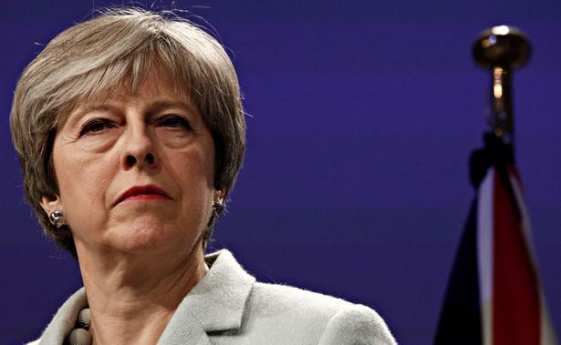 Theresa We wtorek po południu May udaje się do Irlandii Północnej, gdzie wygłosi przemówienie na temat przeciągającego się impasu w negocjacjach z UE i planowanej renegocjacji umowy wyjścia, a także spotka się z liderami północnoirlandzkich ugrupowań politycznych.