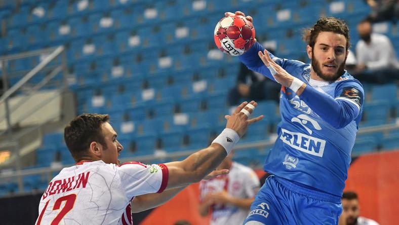Zawodnik Orlenu Wisły Płock Niko Mindeghia (P) i Andrew Donlin (L) z Abanca Ademar podczas zaległego meczu 4. kolejki Ligi Europejskiej piłkarzy ręcznych