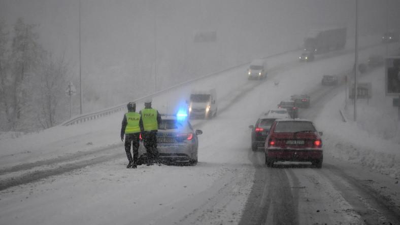 Trudne warunki drogowe z powodu intensywnych opadów śniegu