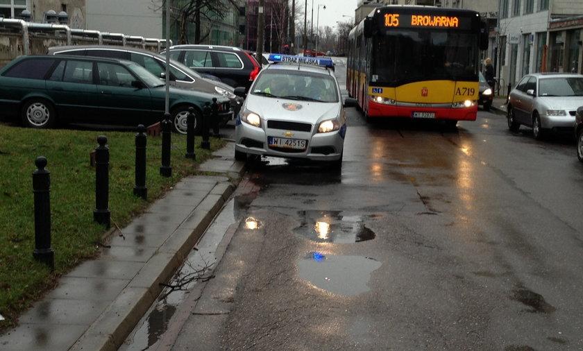 Straż miejska blokuje ulicę Lipową