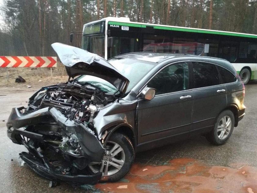 Wypadek pod Białymstokiem. Honda zderzyła się z autobusem. Są ranni