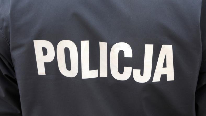 Napis na kurtce policyjnej