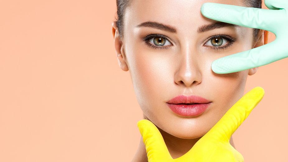 Ekspert radzi, jak dbać o okolice oczu w zależności od wieku